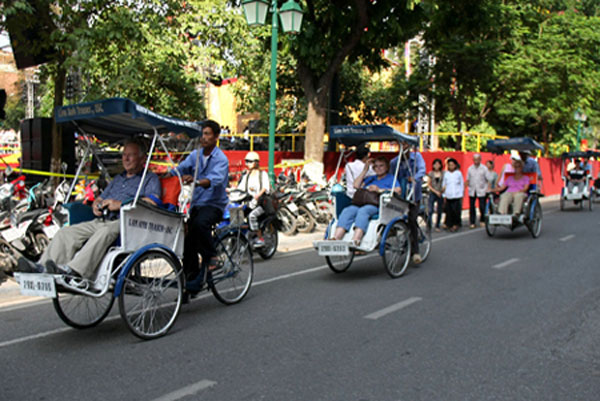 Foreign visitors flock to Ha Noi
